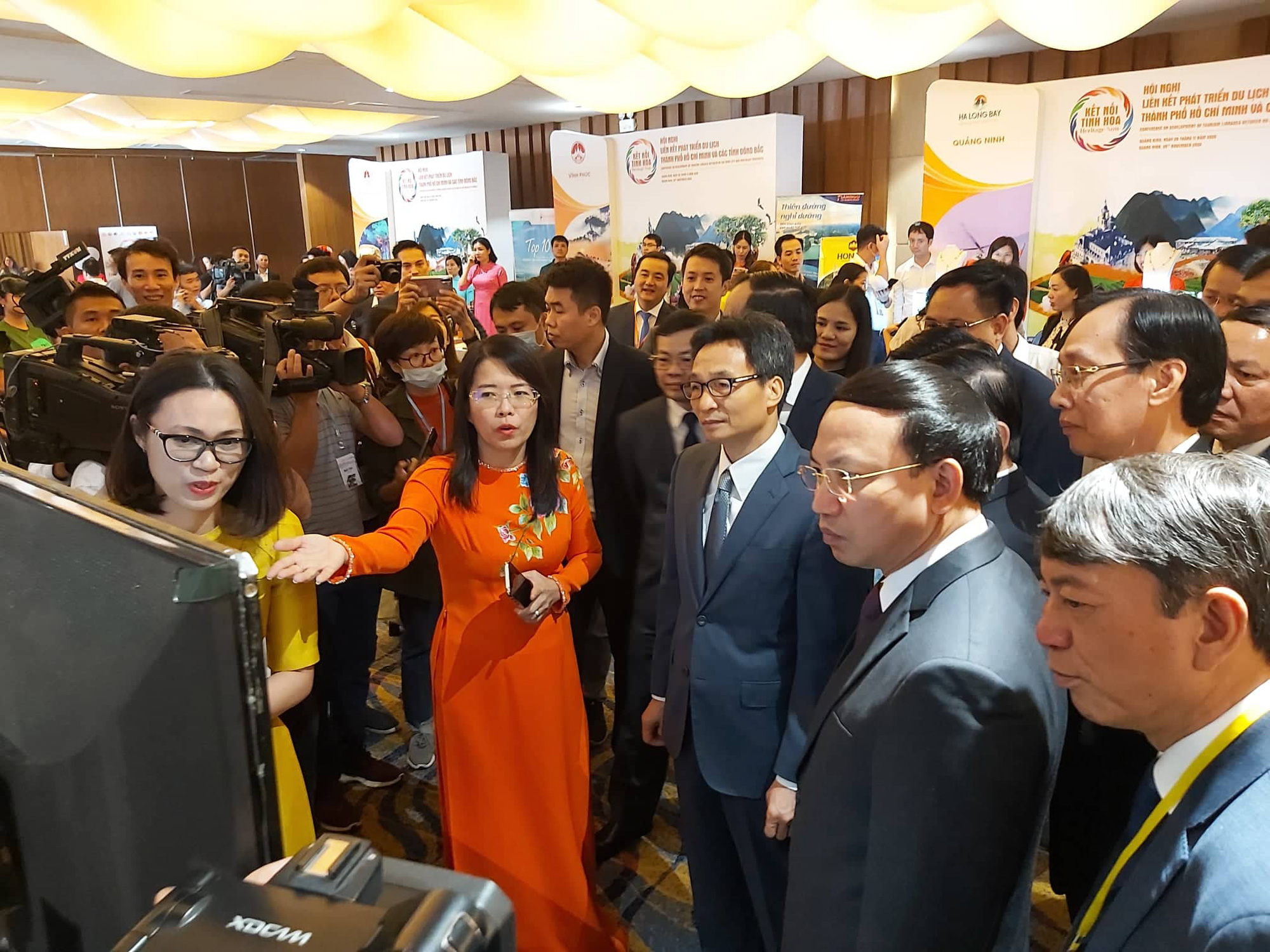 Ms. Nguyen Thi Anh Hoa, Director of the Ho Chi Minh City Department of Tourism, introduced the digital map of Ho Chi Minh City tourism to Deputy Prime Minister Vu Duc Dam - Photo: N. BINH